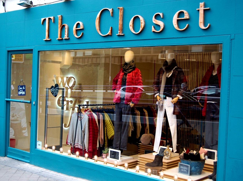 Fachada azul de una tienda de ropa de mujer the closet