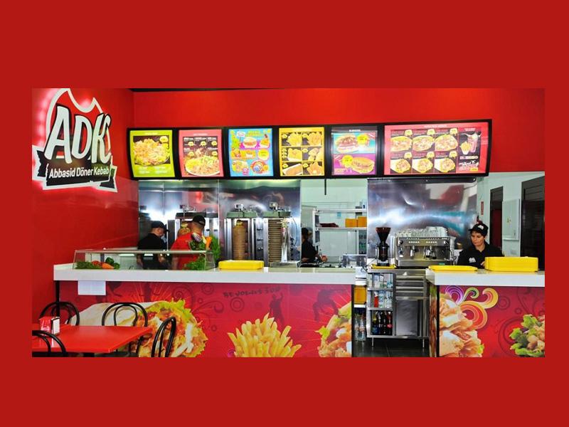 Mostrador de la franquicia ADK (Abbasid Döner Kebab)