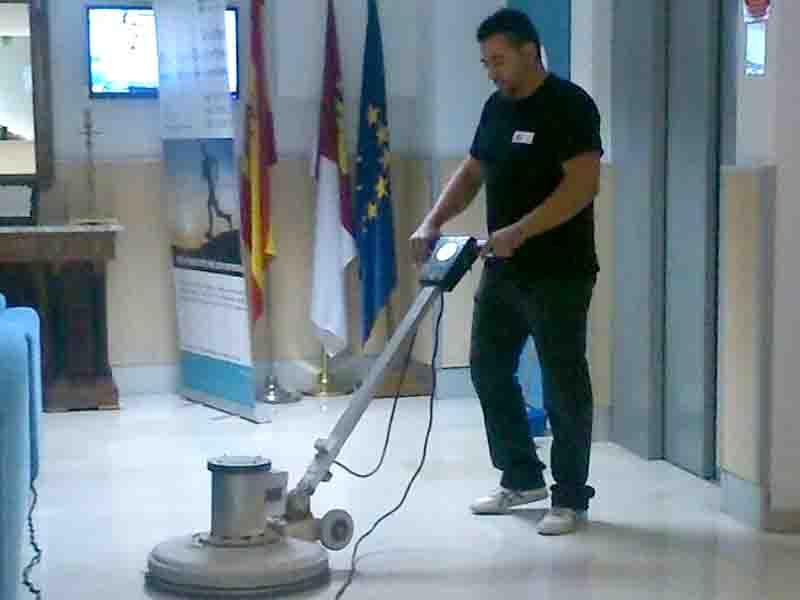 Hombre-limpieza