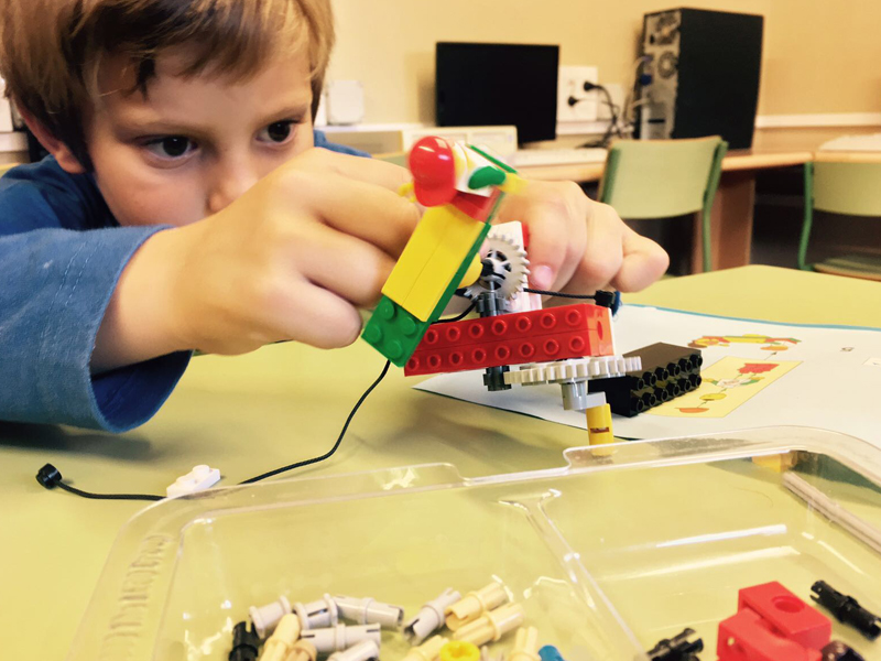 Niño-jugando-legos