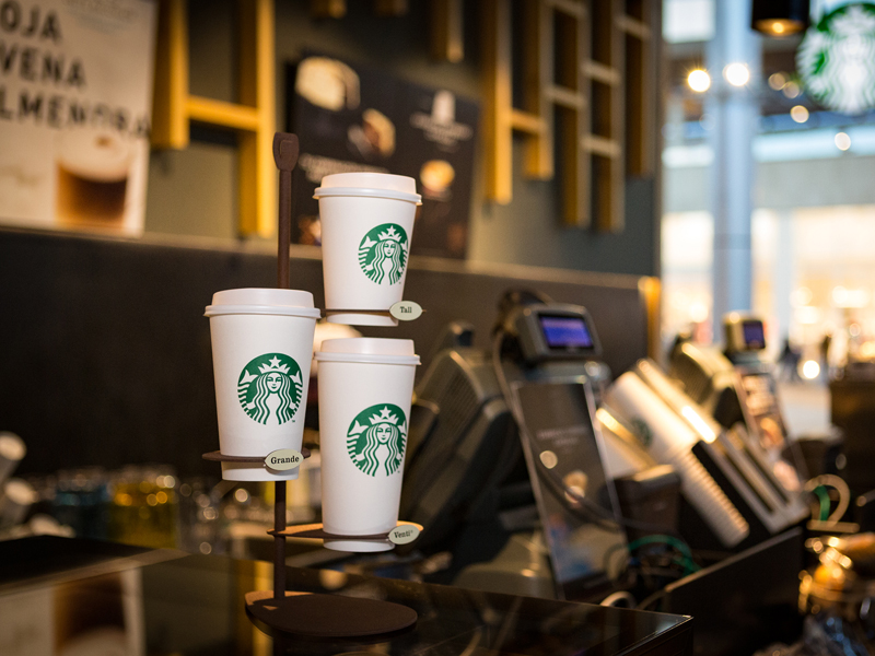 Interior de la franquicia de Starbucks