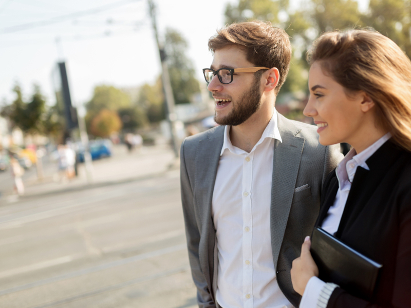 pareja-paseando-calle