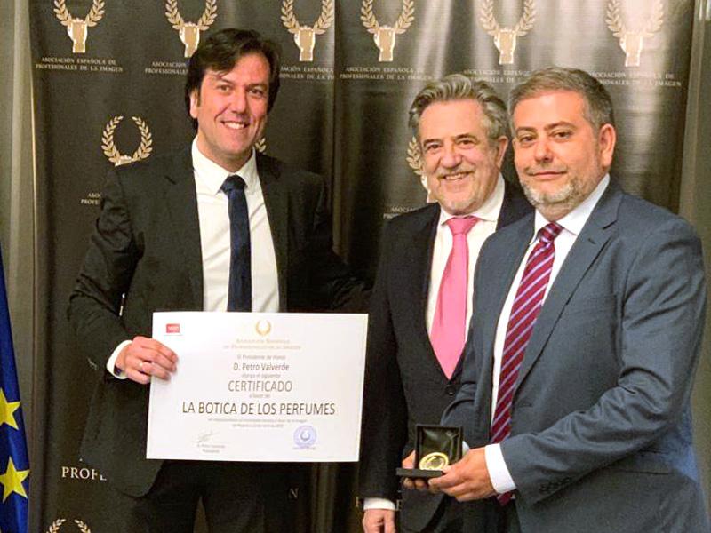 Entrega de premio medalla de oro la botica de los perfumes
