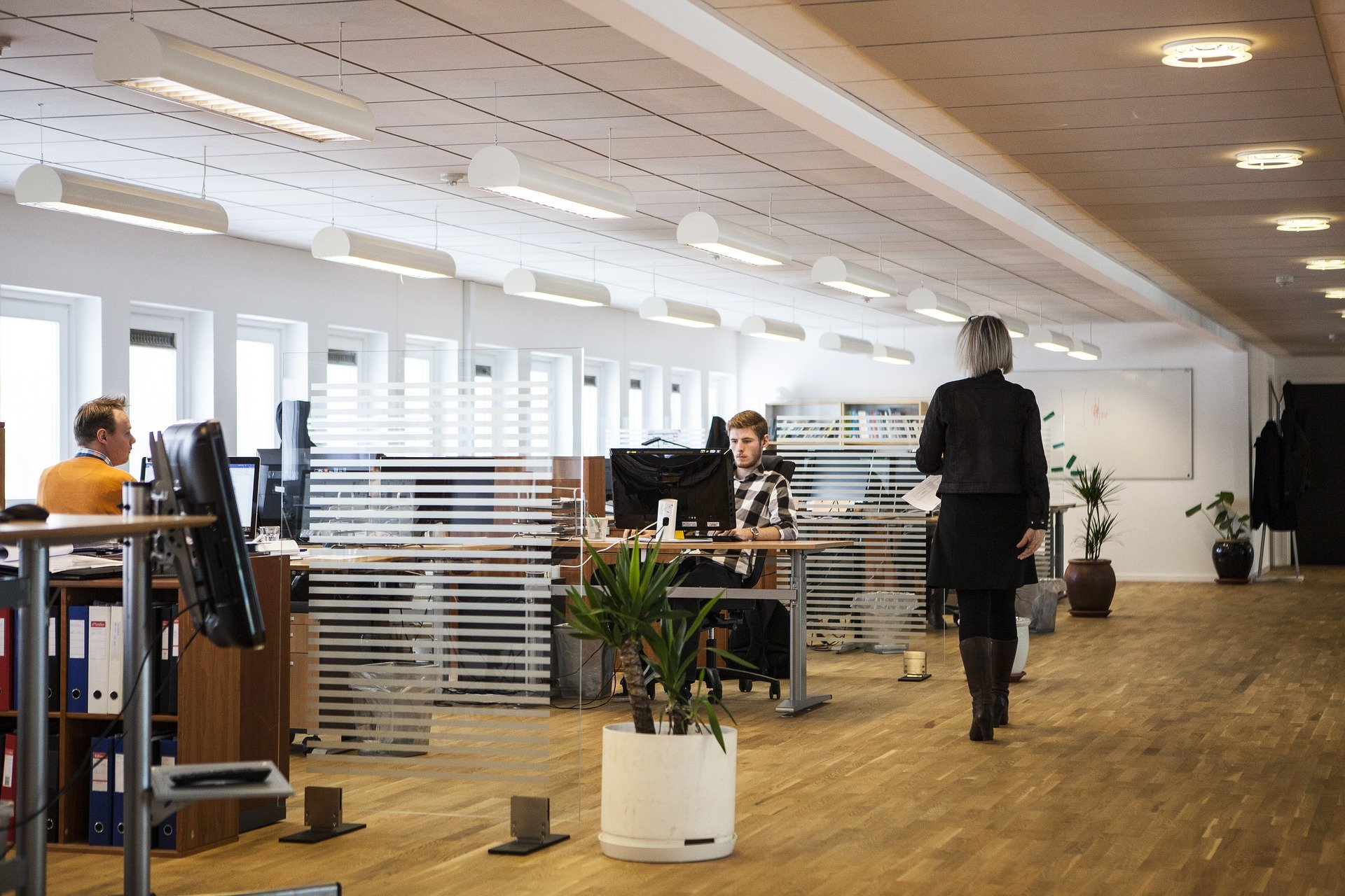 oficina-gente-trabajando