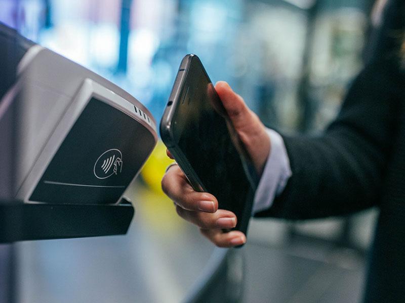 un tercio de los españoles paga con su móvil de forma habitual
